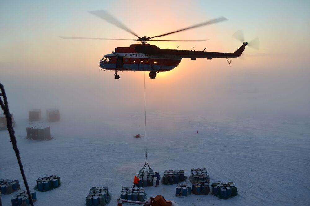 Ruští polární průzkumníci během práce na instalaci nové unášené stanice SP-40 v Arktidě
