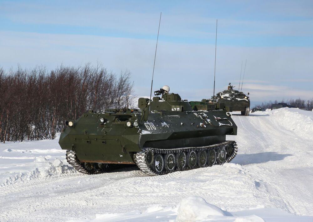 Řídicí stroj instalovaný během tréninků na cvičišti Šary v okrese Pecheng v regionu Murmansk