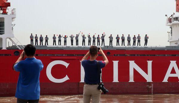 Čínští vědci na ledoborce Xue Long - Sputnik Česká republika