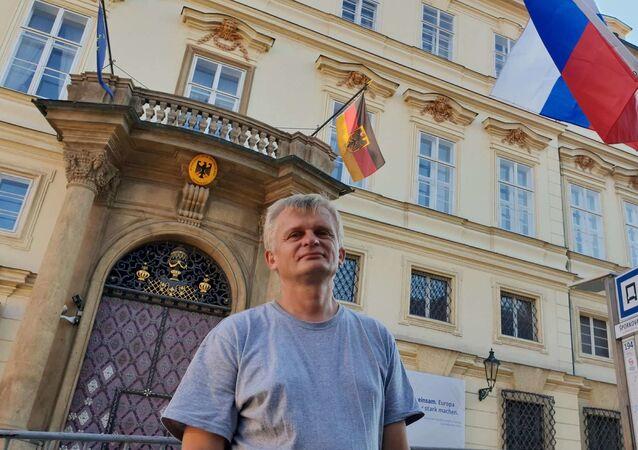 Aleš Kejval před ambasádou SRN