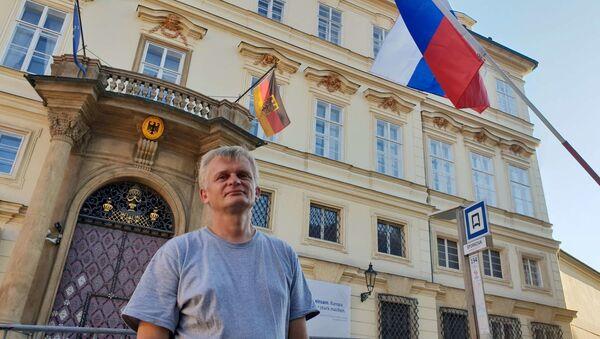 Aleš Kejval před ambasádou SRN  - Sputnik Česká republika