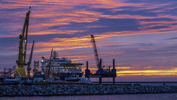 Loď na pokládku potrubí pro plynovod Nord Stream 2 Akademik Čerskij v přístavu Mukran na německém ostrově Ruegen - Sputnik Česká republika