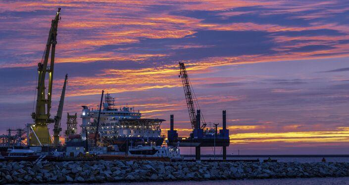 Loď na pokládku potrubí pro plynovod Nord Stream 2 Akademik Čerskij v přístavu Mukran na německém ostrově Ruegen