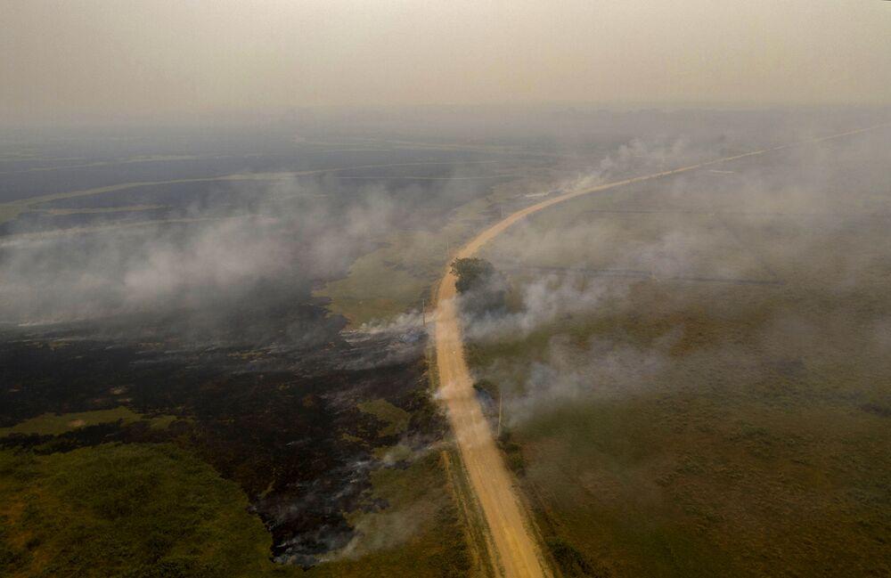 Pohled ze vzduchu na lesní požár v Brazílii