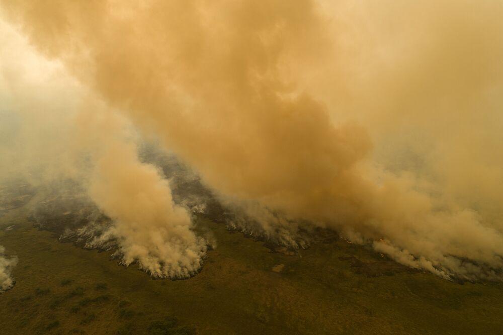 Pohled shora na hořící území v Brazílii