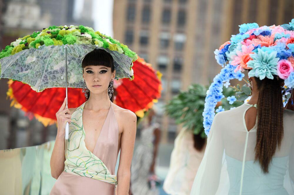 Modelky předvádějí kolekci návrháře Flying Solo na týdnu módy v New Yorku