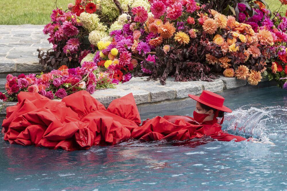 Modelka Coco Rocha plave v bazénu během přehlídky Christian Siriano v rámci týdne módy v New Yorku
