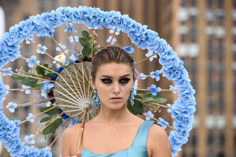 Modelka během přehlídky na týdnu módy v New Yorku, show návrháře Flying Solo