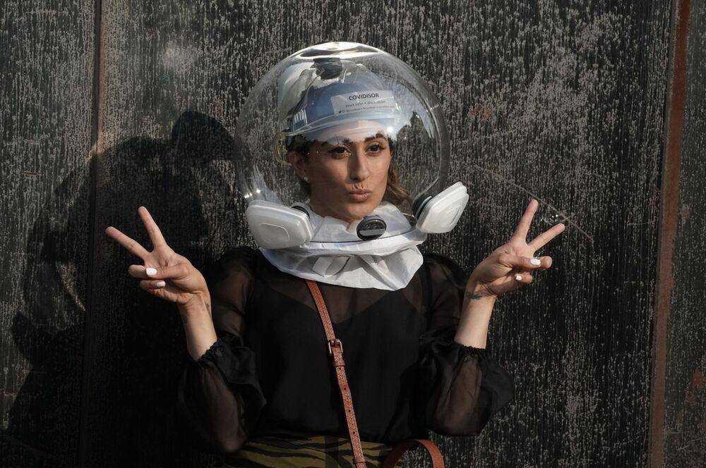 Účastnice módní přehlídky v helmě Covidisor před zahájením přehlídky