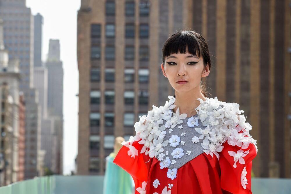 Modelka předvádí kolekci návrháře Elmadawy New York během Flying Solo NYFW show