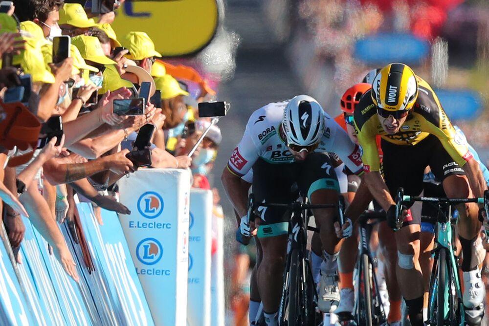 Jezdec týmu Bora na Slovensku Peter Sagan a jezdec týmu Jumbo Belgičan Wout van Aert sprintují