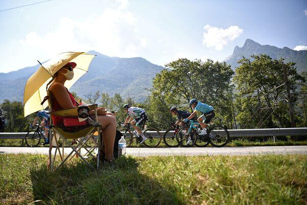 Žena sleduje cyklisty jedoucí v 17. etapě 107. ročníku cyklistického závodu Tour de France - Sputnik Česká republika