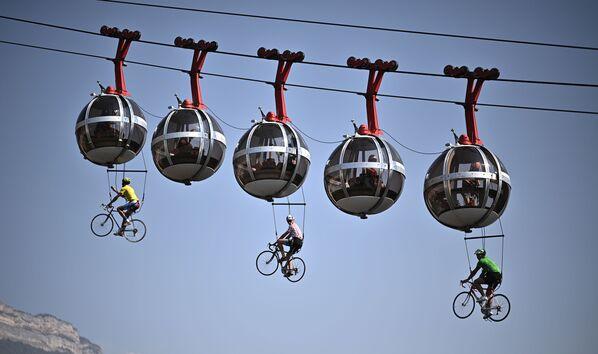Cyklisté visící na lanové dráze Grenoblu - Sputnik Česká republika