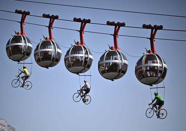 Cyklisté visící na lanové dráze Grenoblu