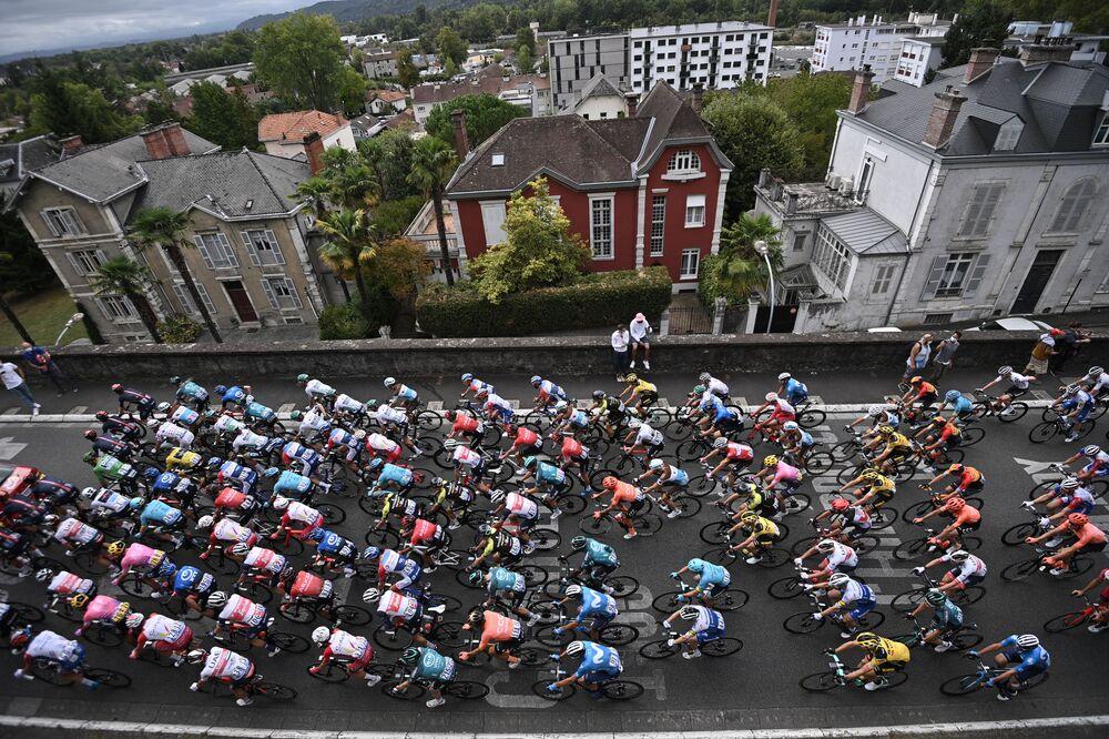 Jezdci startují 9. etapu 107. ročníku cyklistického závodu Tour de France, 154 km mezi Pau a Laruns, 6. září 2020