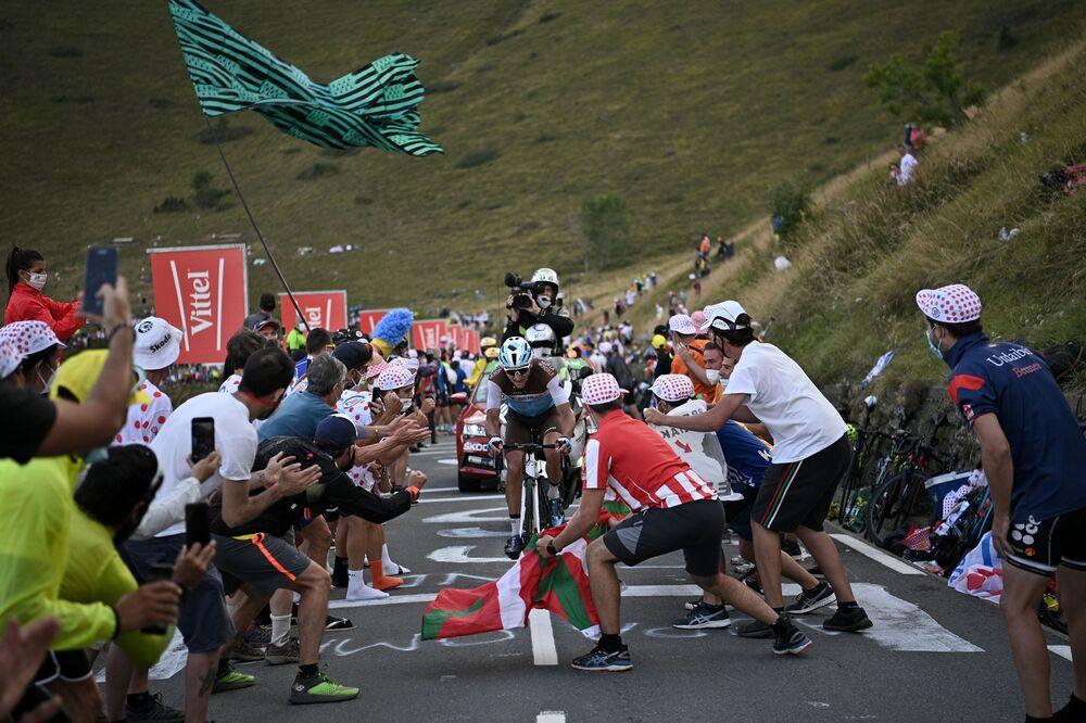 Jezdec Francie Nans Peters jede vpřed v 8. etapě 107. ročníku cyklistického závodu Tour de France, 140 km mezi Cazeres-sur-Garonne a Loudenvielle, 5. září 2020