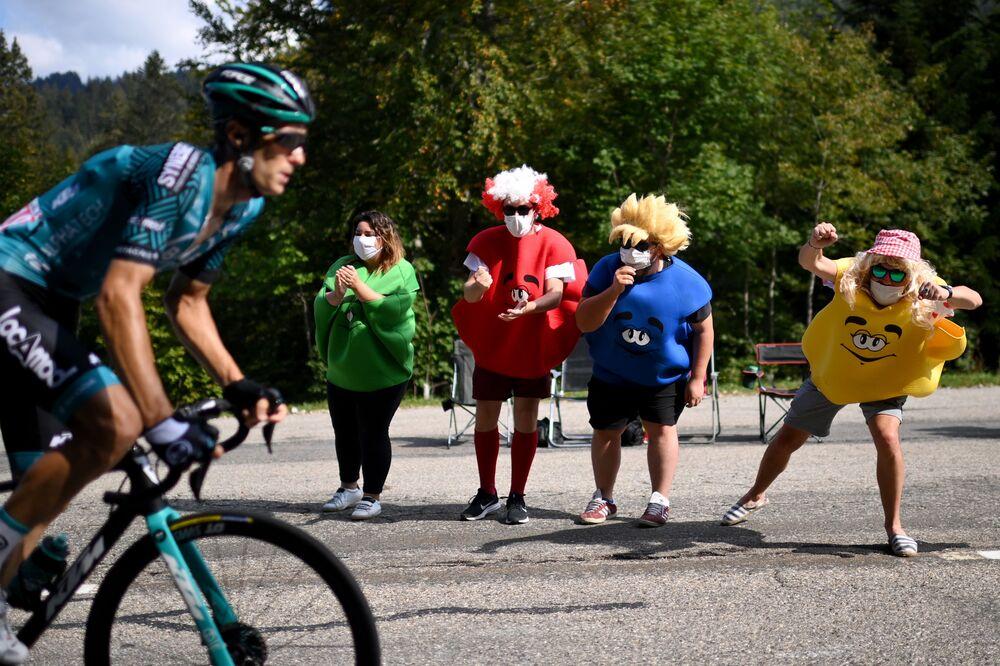 Cyklisté během 3. etapy 107. ročníku cyklistického závodu Tour de France, 198 km mezi Nice a Sisteronem