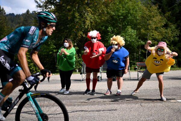 Cyklisté během 3. etapy 107. ročníku cyklistického závodu Tour de France, 198 km mezi Nice a Sisteronem - Sputnik Česká republika