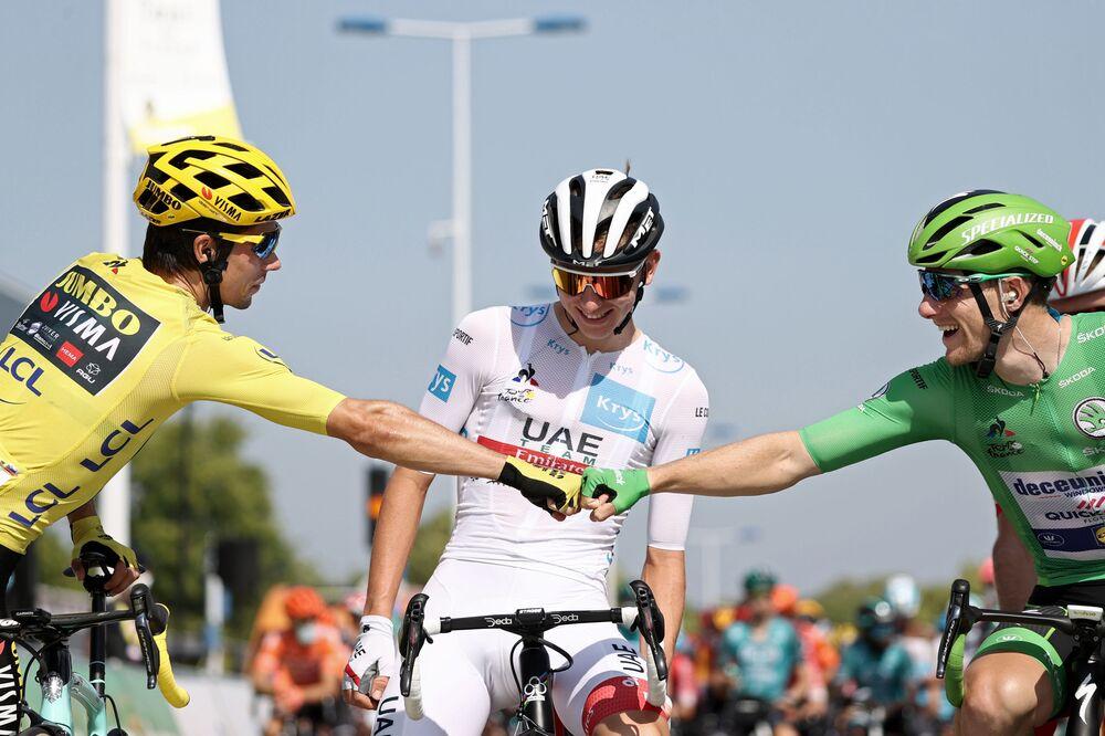 Cyklisté čekají před 19. etapou 107. ročníku cyklistického závodu Tour de France, 160 km mezi Bourg-en-Bresse a Champagnole, 18. září 2020