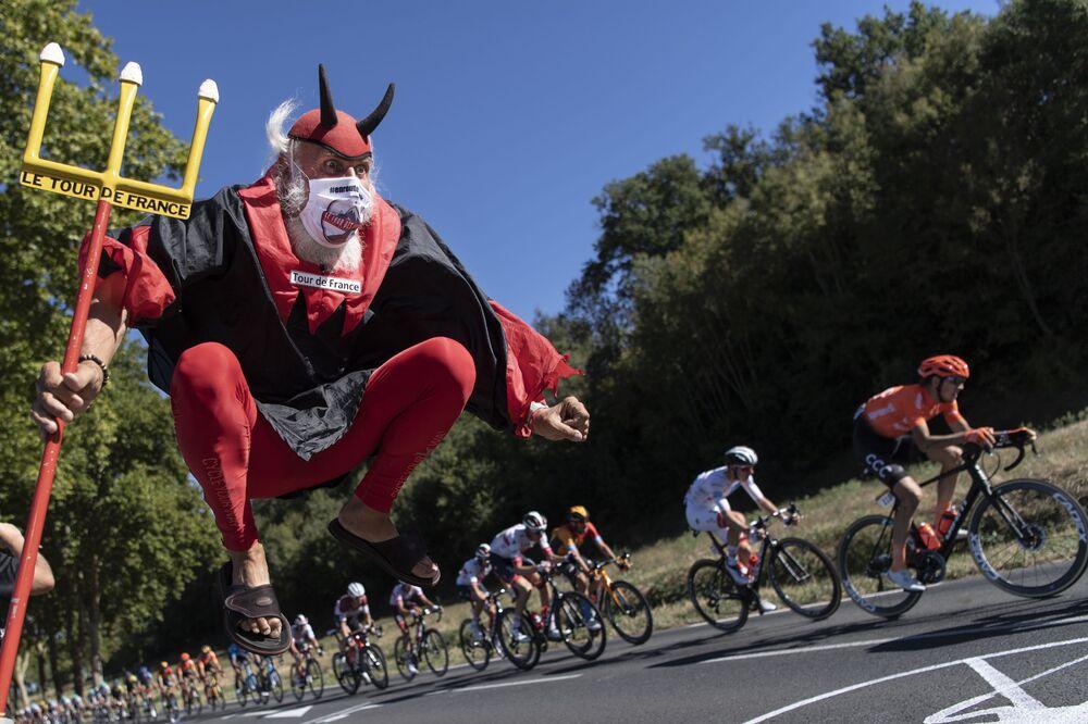Cyklistický fanoušek Didi Senft povzbuzuje jezdce v 7. etapě 107. ročníku cyklistického závodu Tour de France, 168 km mezi Millau a Lavaur, 4. září 2020.