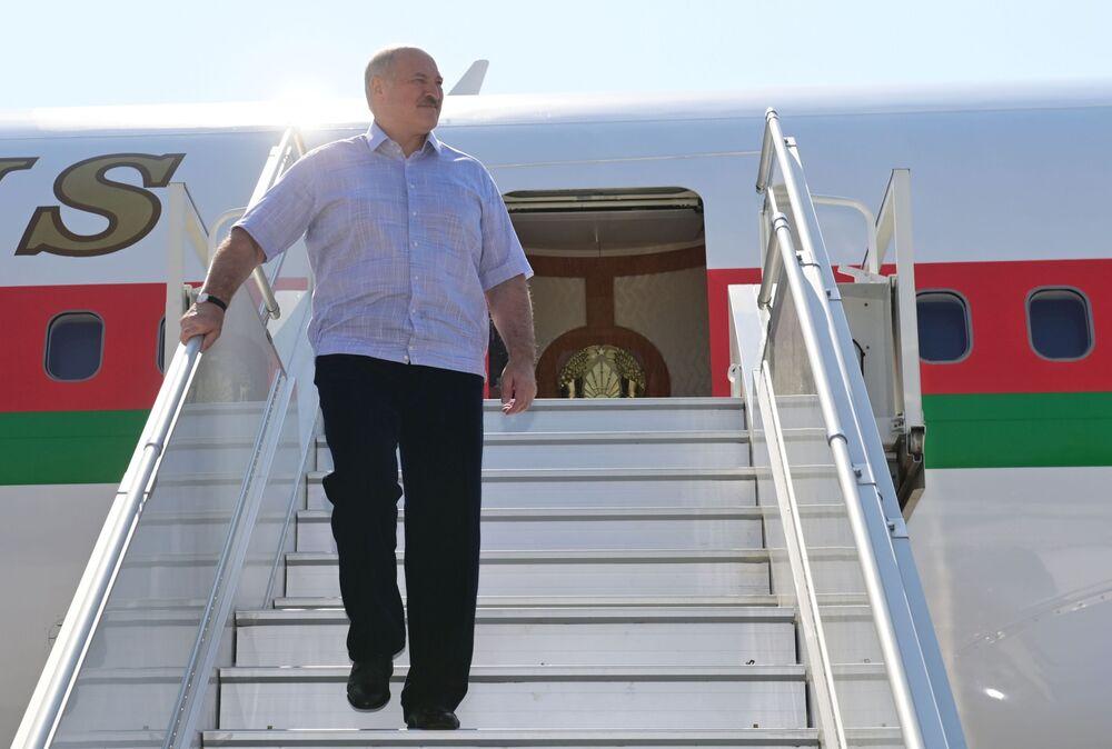 Běloruský prezident Alexandr Lukašenko na letišti v Soči