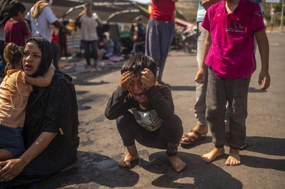 Chlapec během protestů na ostrově Lesbos