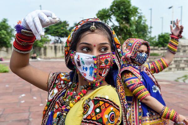 Tanečnice během zkoušky před festivalem Navratri v Indii - Sputnik Česká republika