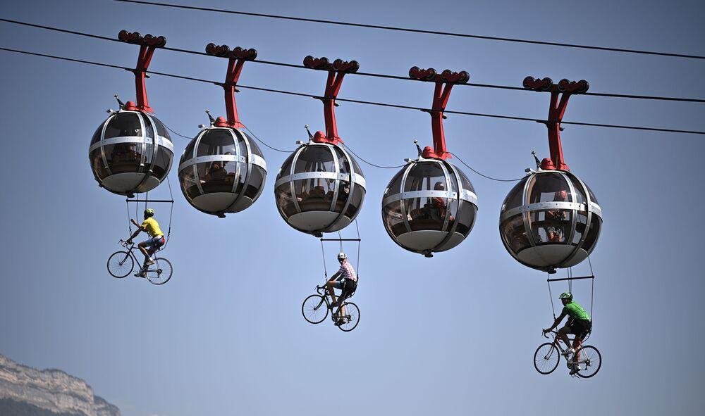 Cyklisté na lanovce ve francouzském Grenoble