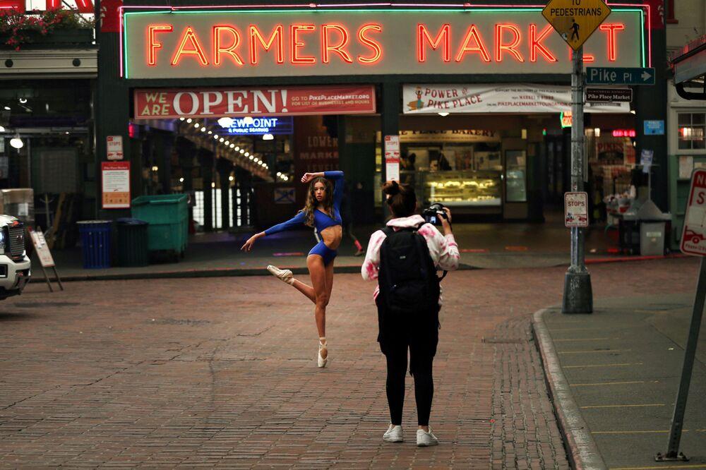 Tanečnice pózuje na trhu Pike Place Market v americkém Seattlu