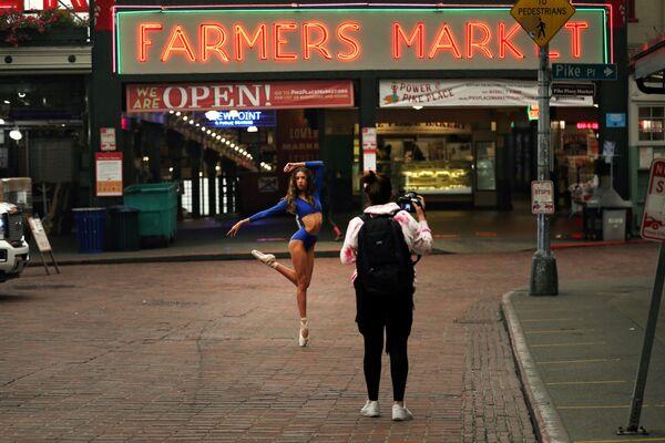 Tanečnice pózuje na trhu Pike Place Market v americkém Seattlu - Sputnik Česká republika