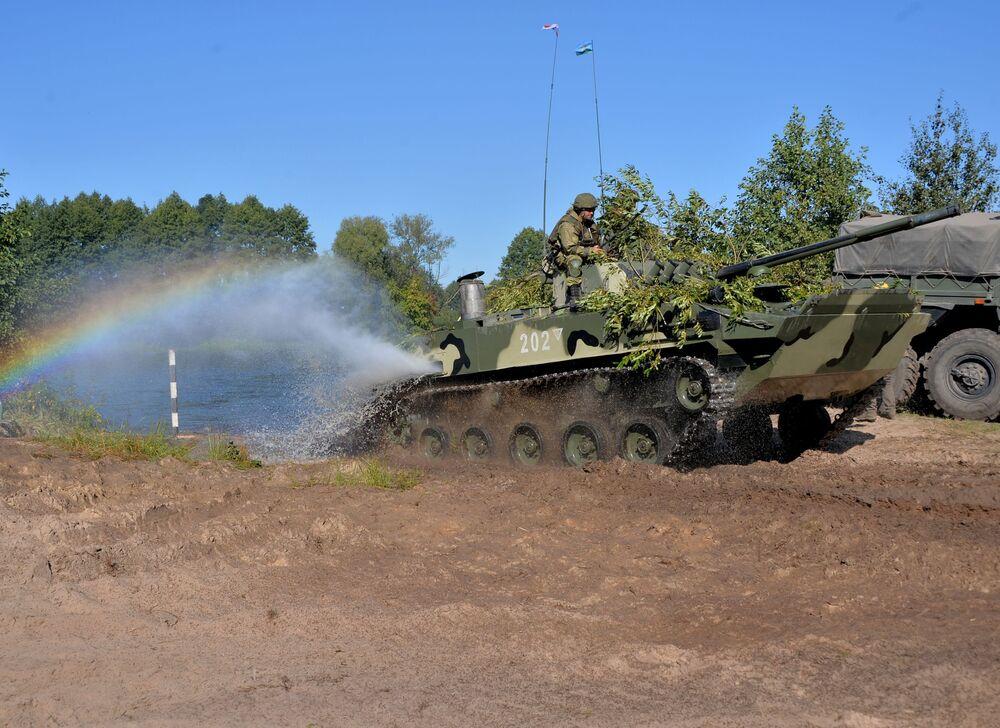 Členové Ozbrojených sil Ruské federace zdolávají řeku Muchovec na bojovém vozidle BMD-4 během cvičení Slovanské bratrství 2020