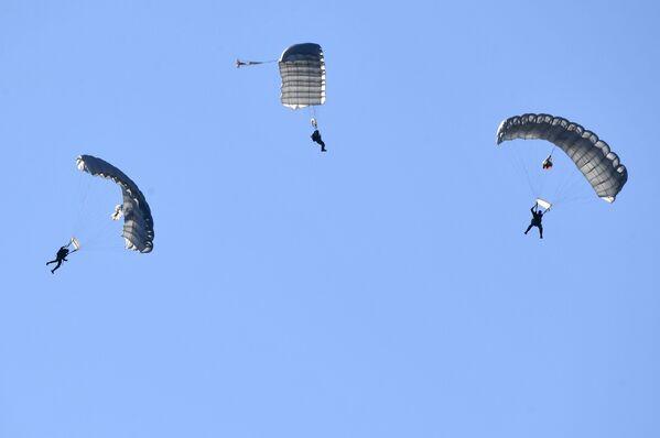 Výsadkáři na cvičeních Slovanské bratrství 2020 za účasti vojáků divize výsadkových sil ze Pskova a jednotek speciálních operačních sil běloruské armády na cvičišti Bretskij - Sputnik Česká republika