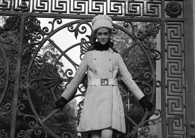 Modelka Moskevského domu modelů v šatech kolekce podzim-zima 1968