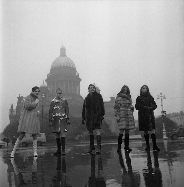 Ukázka kolekce podzim-zima 1968-1969 na pozadí Katedrály svatého Izáka v Leningradu - Sputnik Česká republika