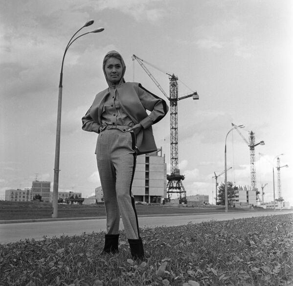 Modelka Celosvazového domu modelů demonstruje model pro venkovní procházky z nové kolekce podzim 1966 - Sputnik Česká republika