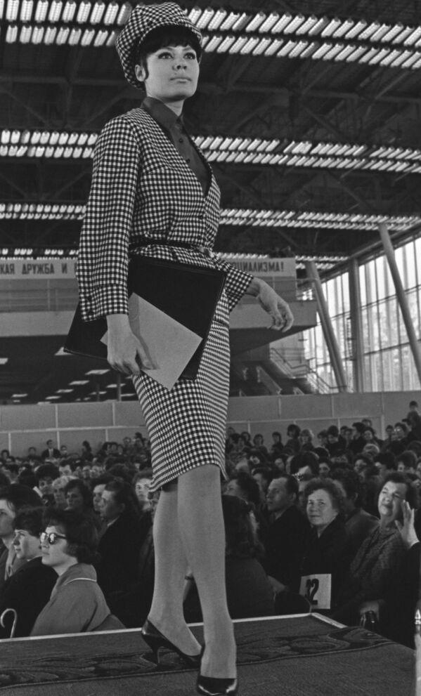 Modelka během přehlídky kolekce podzim-zima 1964 - Sputnik Česká republika