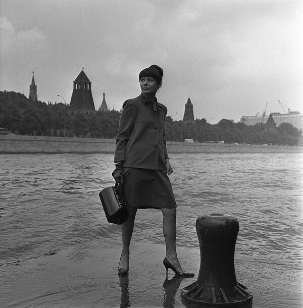Modelka Celosvazového domu modelů předvádí elegantní kostým z nové kolekce podzim 1966 - Sputnik Česká republika