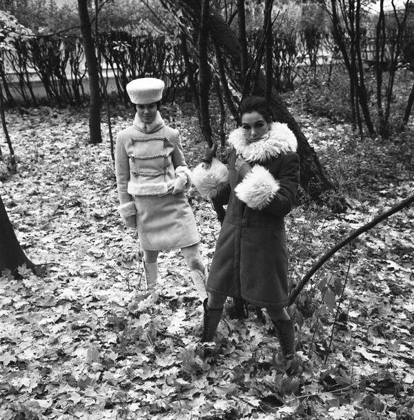 Ukázka modelů dámských svrchních oděvů podzimní a zimní sezóny 1968 - Sputnik Česká republika