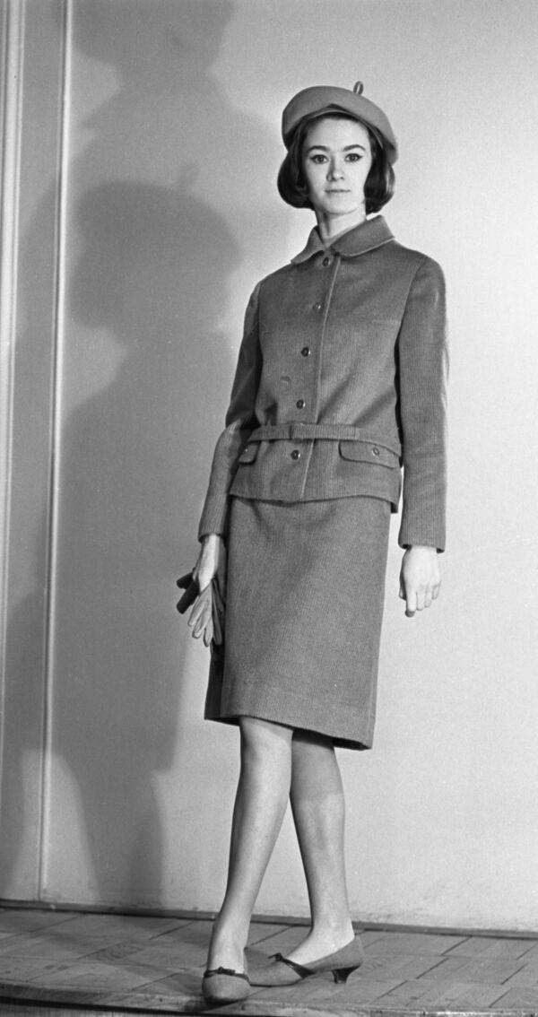 Modelka Celosvazového domu modelů v oblečení z kolekce podzim-zima 1965 - Sputnik Česká republika