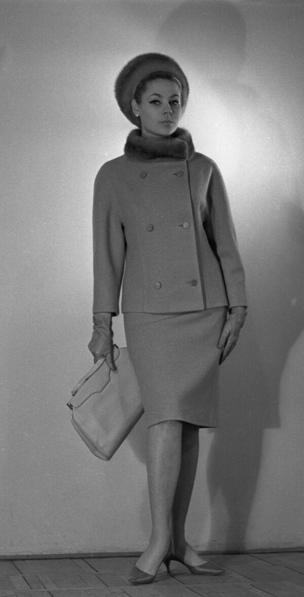 Modelka Celosvazového domu modelů v kabátech z kolekce podzim-zima 1965 - Sputnik Česká republika