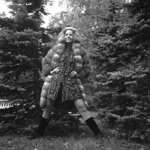 Modelka Celosvazového domu modelů v kožichu z červené lišky z kolekce podzim-zima 1965 - Sputnik Česká republika