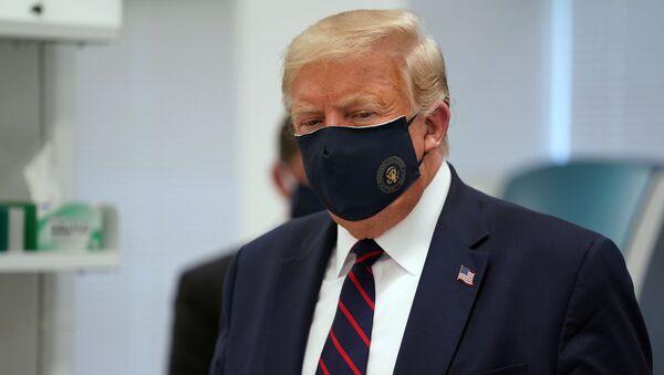 Donald Trump v roušce. Ilustrační foto - Sputnik Česká republika