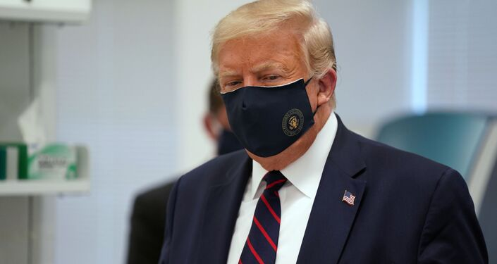 Donald Trump v roušce. Ilustrační foto