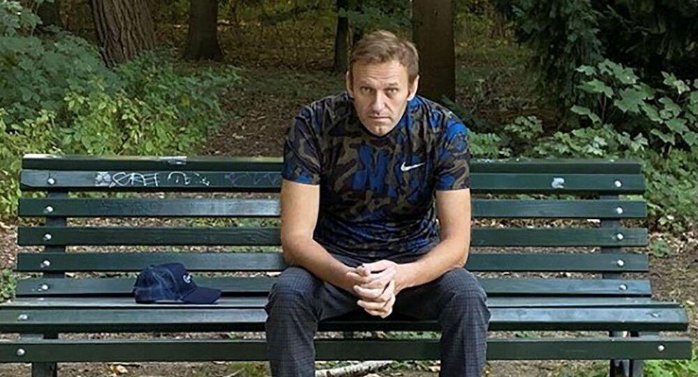 Ruský opozičník Alexej Navalnyj po údajné otravě odpočívá na lavičce v Německu