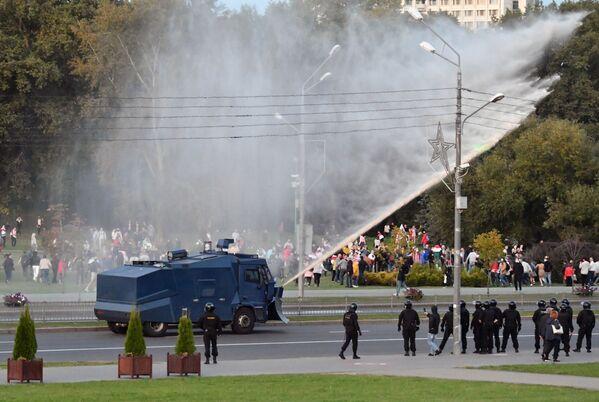Policejní auto polevá vodou protestující - Sputnik Česká republika