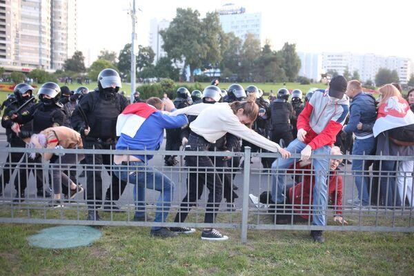 Běloruští policisté rozhání protesty v Minsku - Sputnik Česká republika