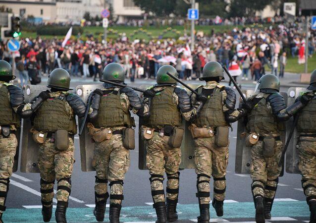 Do centra Minsku se stahují policisté