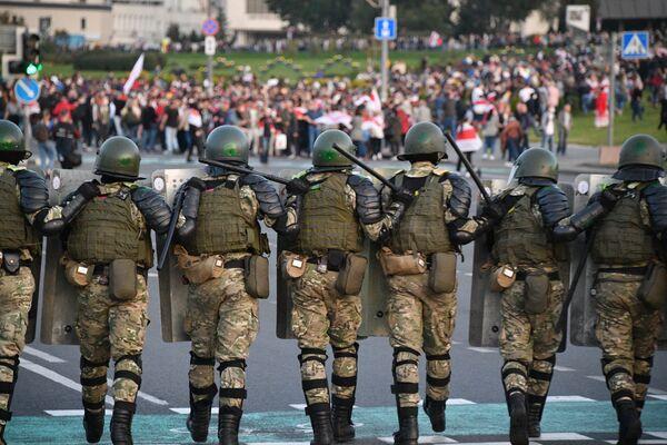 Příslušníci policie během protestních akcí v Minsku - Sputnik Česká republika