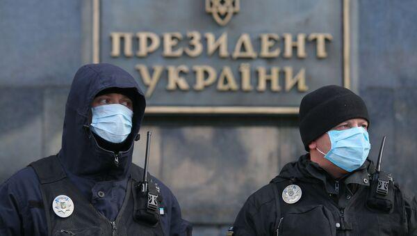 Ukrajinská policie před prezidentským úřadem v Kyjevě - Sputnik Česká republika