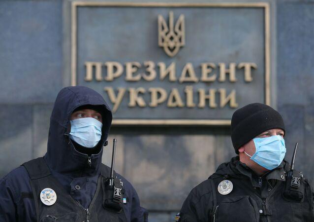 Ukrajinská policie před prezidentským úřadem v Kyjevě